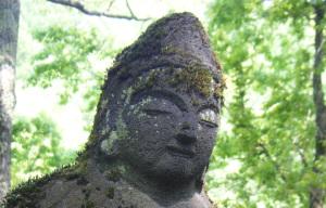 温かく見守る石仏